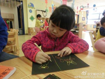 孩子们用刮画纸描绘了可爱的小熊猫宝宝